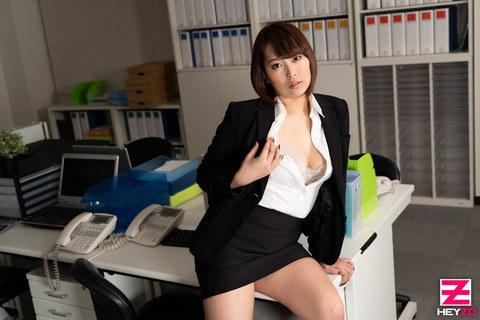 内山あすか 【うちやまあすか】 期待の新入社員は笑顔で顔面騎乗しちゃうどスケベ娘